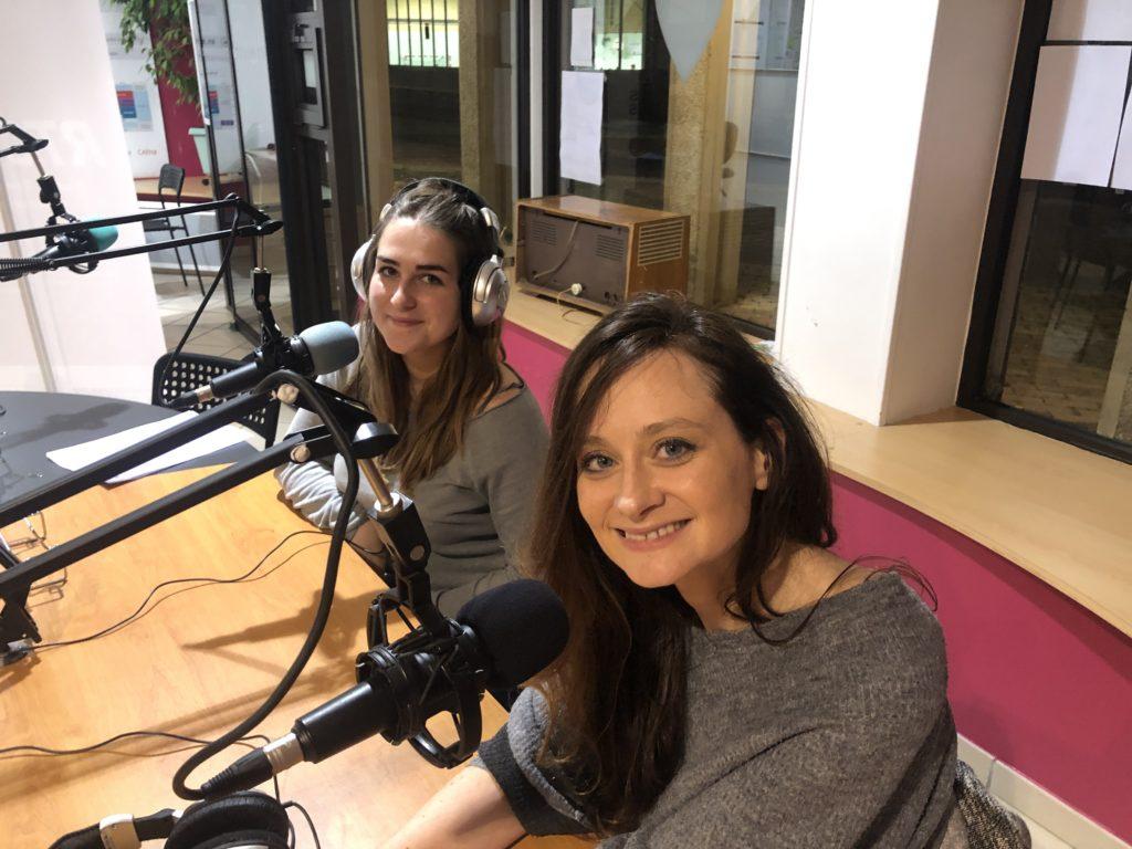 Caro et Lola dans les locaux de Radio Tou'Caen